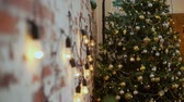 parede de tijolos : Brick Wall and Christmas Tree
