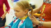 sevimli kız : Little Girl Have Haircut Stok Video