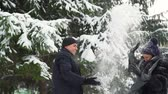 śnieżka : Couple Throws Snow on Each Other
