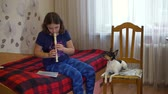 flauta : Girl Playing the Flute and the Dog is Howling