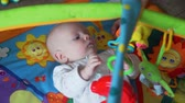 desenvolver : Sweet Baby Playing with Toys On Mat