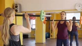 emelés : Sporty Women are Working Out with Barbells