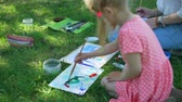 petites filles dessin : Little Girl Mixing Colors by Brush for Drawing Outdoors. Child Holding a Painting Lesson and Art Class in Nature. Learning to Draw. Development of Childrens Artistic Creativity and Thinking
