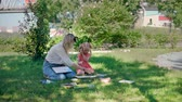 petites filles dessin : Educational Classes Drawing in Nature. Woman with Little Girl Holding a Watercolor Painting Lessons in a City Park. Art Therapy. Childrens Creativity and Painting Science.