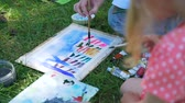 ressam : Woman and Little Girl Painting the Picture of Colorful City in a Park. Child Holding a Watercolor Drawing Lesson Outdoors. Development of Childrens Artistic Creativity and Thinking