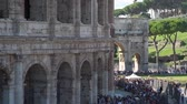 várakozás : Big Crowd of People near the Entrance of Coliseum in Rome, Italy. They are Waiting for their Turn to Get Inside the Ancient Roman Amphitheatre. Concept of Holidays, Vacations and Travel in Europe