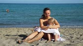 strandlaken : Young Happy Mother Covering her Little Daughter with a Towel on a Beach after Swimming. Concept of Summer Holidays, Vacation, Family and People