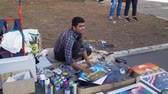 farba : Rome, Italy - October 5, 2019: Man Painter Selling Selfmade Pictures of Colosseum in Rome, Italy. Concept of Holidays, Vacations and Travel in Europe Wideo