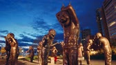 английский : Time-lapse of Public Art Statues (A-maze-ing Laughter) in English Bay at Dusk Стоковые видеозаписи