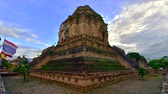 cultura thai : 4K time lapse video of Chedi Luang Varavihara temple, Thailand.