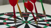 дартс : dart sport and dart arrows on dart board Стоковые видеозаписи
