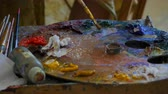 ressam : Wooden art palette with oil paints. Mixing colors together. Artistic instrument with many colors. Working tool with squeezed out tubes of paint.