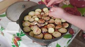зубок чеснока : Hands of white cook add garlic cloves into large cooking pot with vegitables 1. Стоковые видеозаписи
