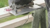 parke : Carpenter cuts board with circular saw. Slow motion view. Stok Video