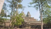 místní : View of ancient Angkor wat temple on sunny day
