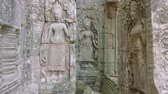 кхмерский : Frescos in ruins of Angkor Wat temple