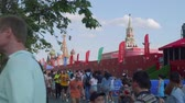 wsparcie : Football fans and tourists walk in football centre in Red square