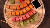 especialidade : Rotating view of assorted sushi on a wooden board