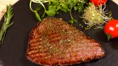 placage : Chef, placer, a, portion, de, bifteck rump grillé