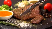specialita : Person slicing a tender rump steak with a knife