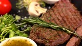 specialita : Sprig of fresh rosemary garnish added to steak Dostupné videozáznamy