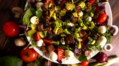 acompanhamento : Bowl of mixed salad with spinning ingredients