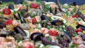 ahtapot : Seafood platter with squid, prawns and mussels Stok Video