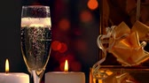 champanhe : Topping up a flute of sparkling bubbly champagne Stock Footage
