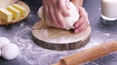 испечь : Making dough by female hands on wooden table background with ingredients Стоковые видеозаписи