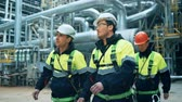 petroquímico : Team of workers walking on fuel plant Stock Footage