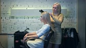 narzedzia fryzjerskie : Beautiful woman with long hair doing professional evening hairdress in a beauty salon Wideo