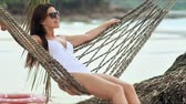 hamak : Young beautiful woman in sunglasses relaxing on the hammock on tropical beach