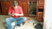 vazamento : Sanitary engineering repair of water leakage. man fixing a faucet in the kitchen Vídeos