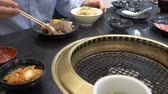 servir : Korean barbecue grill. people cook and eat dishes cooked on a Korean grill in a restaurant. 4k, close-up.