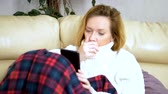 segít : Sick girl with the flu at home. uses a smartphone. call the family doctor