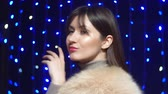 authentisch : young girl posing in Arctic Fox fur coat beige on black background Videos