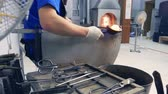 artisti : glassblower. manufacturer of glass products. man heats glass in a furnace Filmati Stock