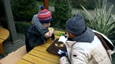 dakloze : homeless couple, man and woman eating leftovers from a table in a street cafe