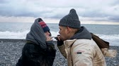 vluchteling : homeless couple, man and woman smoking on the seashore Stockvideo
