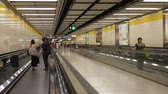 эскалатор : Hong Kong, Hong Kong S.A.R.-June 3, 2017: View of Moving walkway in subway station in Hong Kong. Commuters are inside the subway station. Стоковые видеозаписи