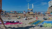 путешествие : Salou, Spain - August 13, 2017: Sea with vacationing tourists in the city of Salou.