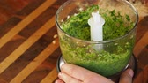 fromage rapé : cooking of italian Pesto sauce - adding olive oil in grinded basil leaves, nuts and cheese in kitchen blender Vidéos Libres De Droits