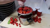 биологический : Italian cuisine. Preparation of tomato sauce with the biological products.