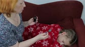 desobediente : Mom treats her sick daughter Stock Footage