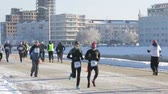 ocak : Runners run along the embankment of the river om on a cold winter afternoon