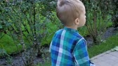 esportivo : Slow motion video of 2 years old barefoot toddler boy running on fresh green grass at park