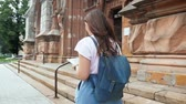 perdido : Slow motion video of beautiful tourist girl walking with map at old city Vídeos