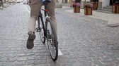 pendulares : Closeup video of stylish young man sitting on vintage bicycle and riding on street to work