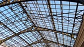 技術 : 4k footage of camera slowly moving along glass and metal roof at railway station. Perfect background for your shots