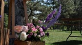 virágzik : Bouquet of fresh flowers and event decoration in a green park. Decoration events. Preparation for the holiday Stock mozgókép